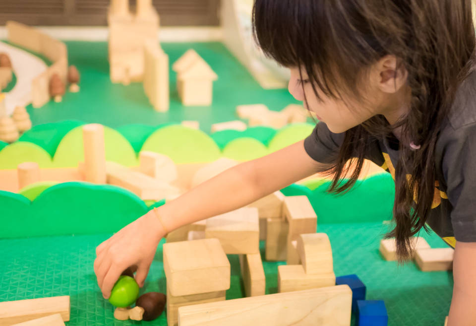 Drewniane czy plastikowe? Jak wybrać najlepsze klocki dla dziecka?