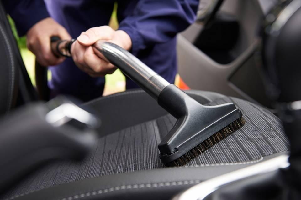 Jak samodzielnie wyczyścić tapicerkę w samochodzie?